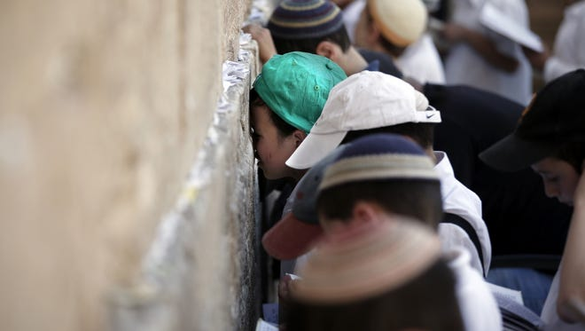 Jewish children pray at the Western Wall in Jerusalem on May 6, 2015.