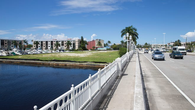 A nearly 2-acre parcel near the intersection of U.S. 41 and River Point Drive in downtown Naples sits vacant Tuesday, Sept. 27, 2016. The lot is planned to become a large entertainment plaza with waterfront dining, onsite parking, a boardwalk and other amenities.