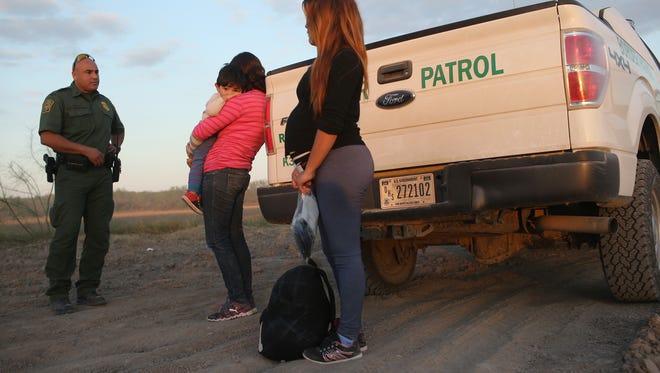 Aumenta el número de menores embarazadas que cruzan la frontera, según reporte.