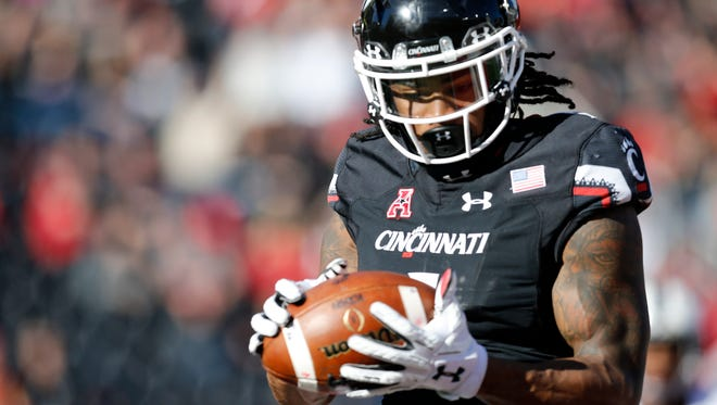 Cincinnati Bearcats wide receiver Kahlil Lewis (1) catches a 13-yard pass in the end zone for the go-ahead touchdown in the second quarter of the NCAA football game between the Cincinnati Bearcats and the Connecticut Huskies at Nippert Stadium in Cincinnati Saturday, Nov. 25, 2017. The Bearcats took a 7-6 lead on a 13-yard touchdown pass with 43 seconds remaining in the second half.