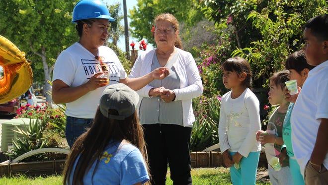 Cuando Consuelo Sandoval llegó a su casa en el este de Salinas el 12 de junio, proveniente de su empleo en una empacadora de verduras, su casa contaba con una nueva adición: aproximadamente $15,000 dólares en celdas solares instaladas gratis.