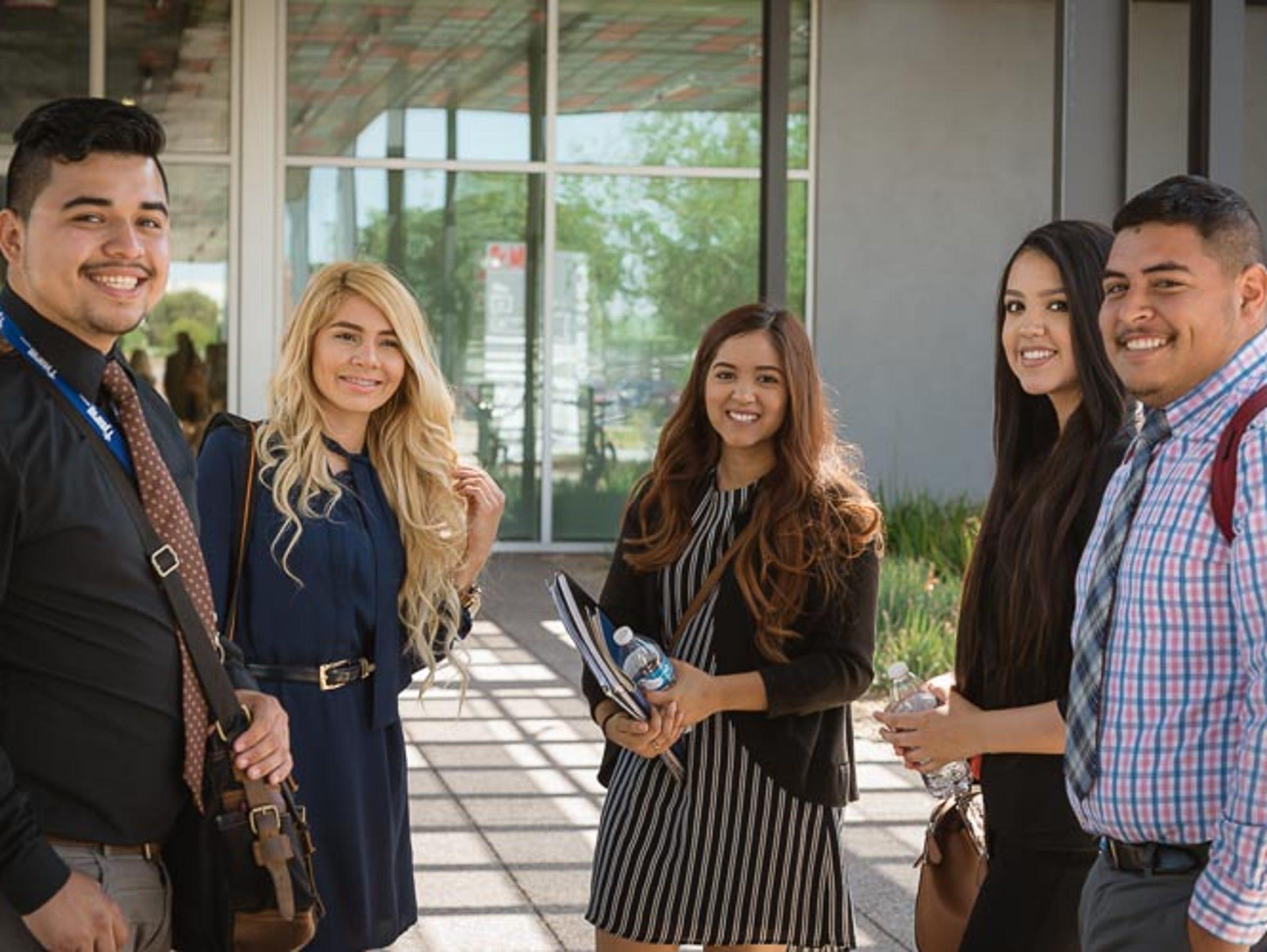 Jóvenes hispanos beneficiarios del programa Year Up