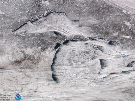 """NOAA says these """"cloud streets"""" over the #GreatLakes,"""