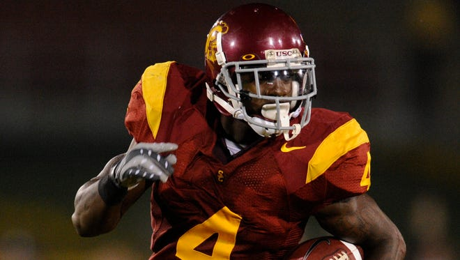 USC running back Joe McKnight heads upfield against Notre Dame during 1st half action at the Los Angeles Memorial Coliseum.
