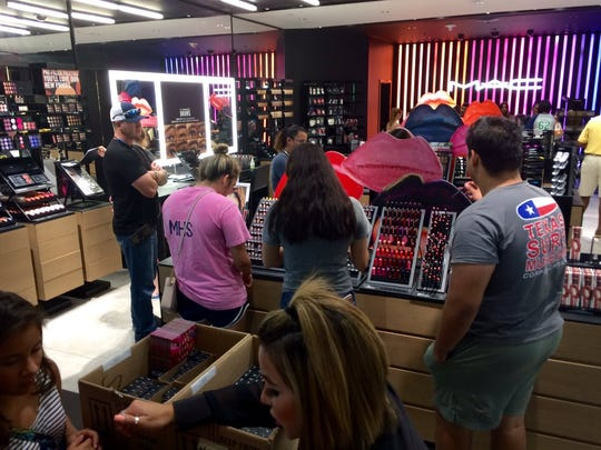 It's #NationalLipstickDay here @MACcosmetics in @LaPalmeraCC as they give away free lipsticks 💋💄 to the first 275 customers. #VivaCC