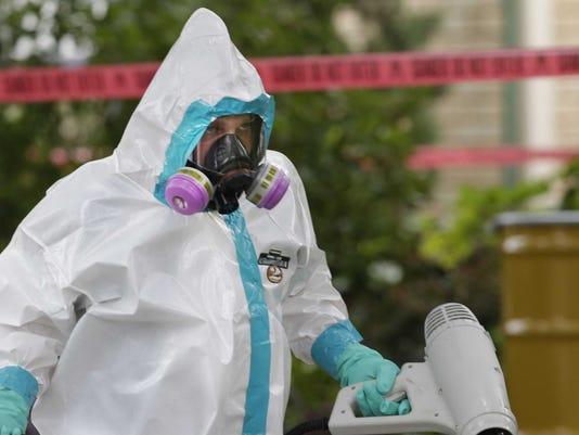 635497418084451244-ebola-hazmat
