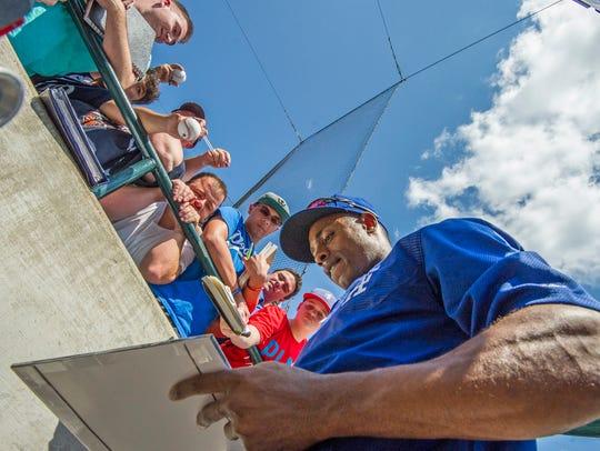 Dodgers' Curtis Granderson signs autographs for fans