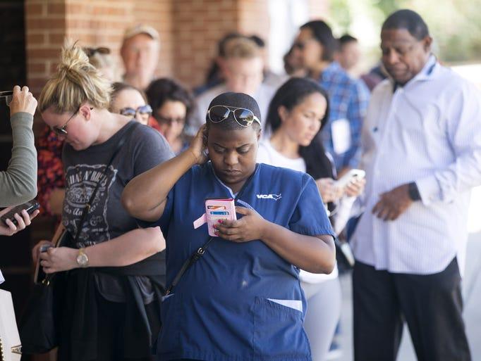 Personas esperan en fila para votar en la Iglesia Memorial