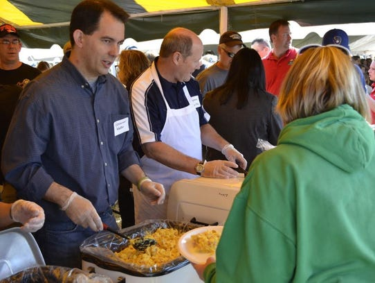 Wisconsin Gov. Scott Walker serves scrambled eggs with