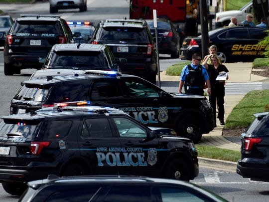 La policía asegura la escena de un tiroteo en el edificio