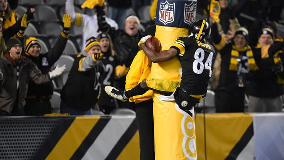 PITTSBURGH, PA - DECEMBER 6: Antonio Brown #84 of the Pittsburgh Steelers celebrates a fourth quarter touchdown by jumping on the goal post during the game against the Indianapolis Colts at Heinz Field on December 6, 2015 in Pittsburgh, Pennsylvania. (Photo by Joe Sargent/Getty Images) ***BESTPIX*** ORG XMIT: 587436449 ORIG FILE ID: 500273776
