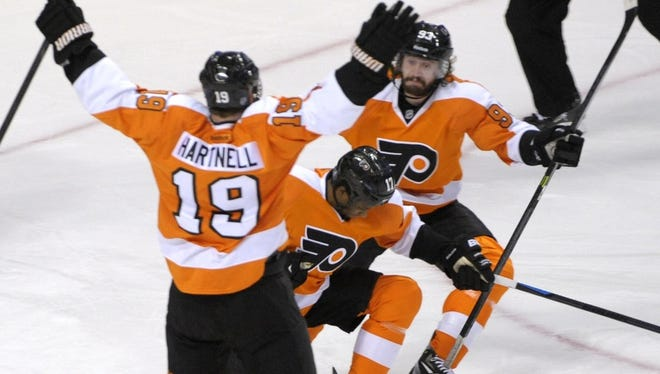Wayne Simmonds netted a hat trick to help the Flyers force Game 7.