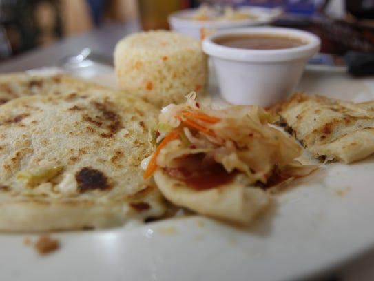 Las pupusas con deliciosa salsa y curtido de El Guanaquito