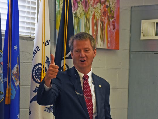 Mayor Tim Burchett gives a thumbs up to Lily Vandagriff,