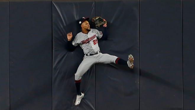 Twins center fielder Byron Buxton makes an incredible catch on a ball hit by Yankees third baseman Todd Frazier.