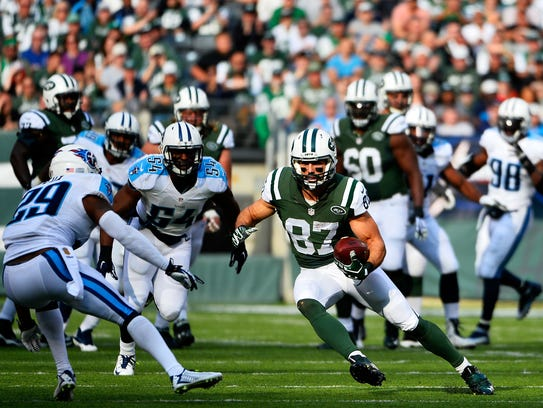 Eric Decker (87) of the New York Jets tries to avoid