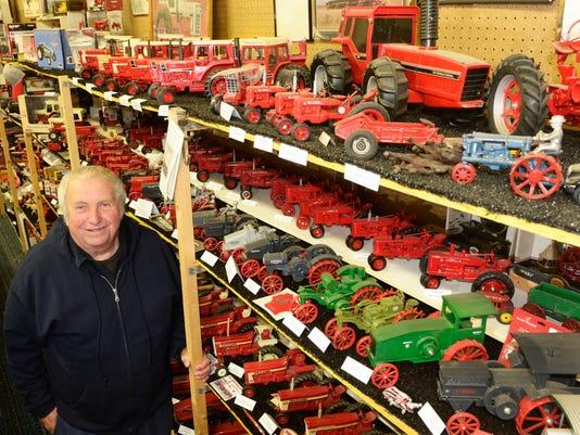 LEAD MAN f 1130 farm toy man 02.jpg