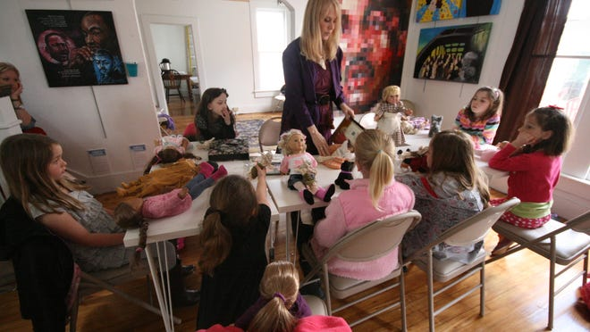 Janet Gilray leads a program for young participants at Nickel Plate Arts.