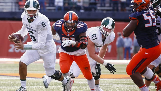 Michigan State QB Damion Terry (6) runs the ball as Illinois' Dawuane Smoot gets past Spartans offensive lineman Cole Chewins (61) on Saturday. Illinois defeated Michigan State, 31-27.