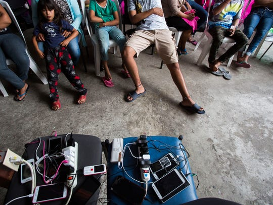 Cell phones, owned by migrants get charged at the Juventud