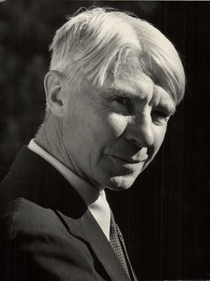 Poet Carl Sandburg's beachfront home on Lake Michigan will receive a historical marker.