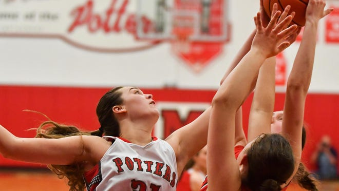 Morton's Katie Krupa (31) reaches for the ball a game against Metamora. Krupa verbally committed to play at Harvard.