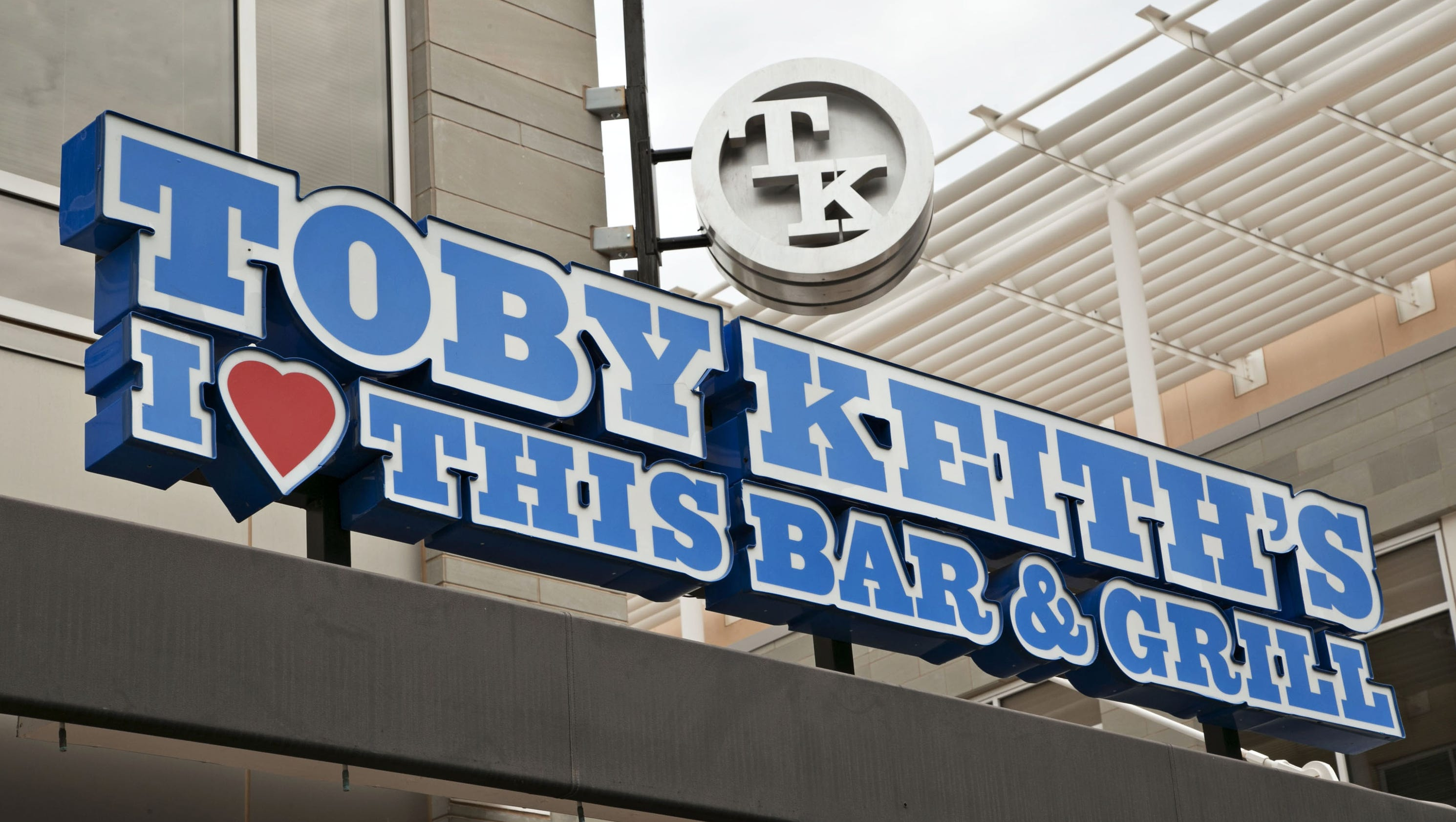 toby keith s i love this bar and grill closings lawsuits and