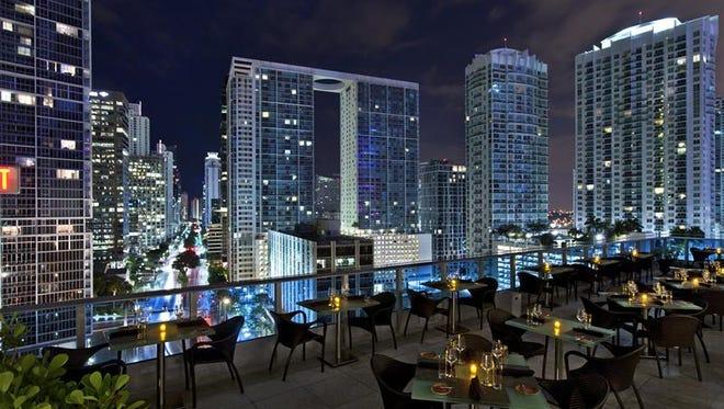 """La última gran fiesta y cena """"de luxe"""" del año ya está encima y Miami inaugurará 2017 con propuestas hedonistas en la mesa y veladas musicales a lo grande, en las que el rapero de origen cubano Pitbull y el artista canadiense Justin Bieber pondrán a bailar a millares de personas."""
