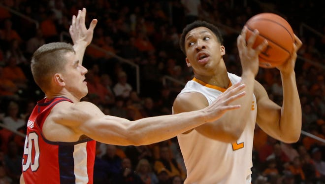 Tennessee's Grant Williams (2) and his teammates finished off Ole Miss with a 20-5 run.