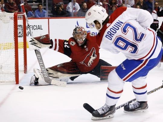 Arizona Coyotes goaltender Antti Raanta (32) makes