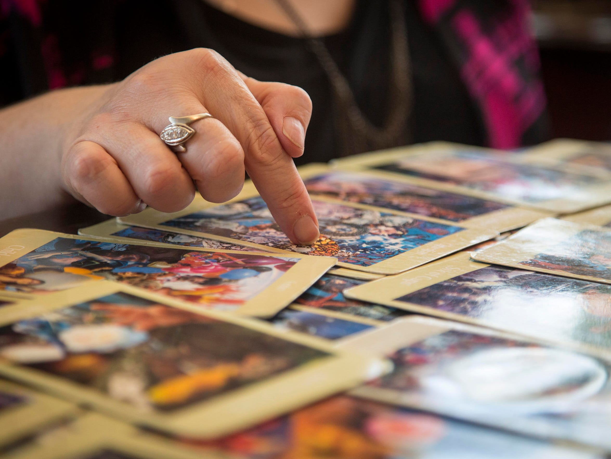 Vision Psychics Vianne Higgins does a tarot card reading