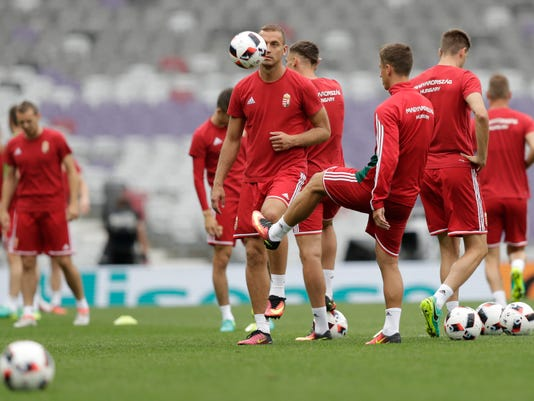 Hungary's Roland Juhasz ,center, with the ball, during training session at the Stadium municipal in Toulouse, France,  Saturday, June 25, 2016. Hungary will face Belgium in Euro 2016 round of 16 soccer match on Sunday, June 26 in Toulouse. (AP Photo/Ariel Schalit)
