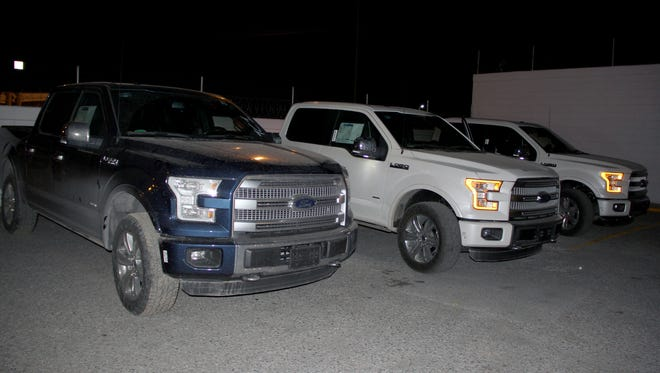 Juárez police recovered four trucks after an armed robbery at a Ford dealership's warehouse.