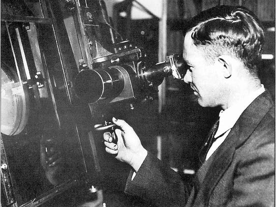 Clyde Tombaugh uses the Zeiss Blink Comparator to search