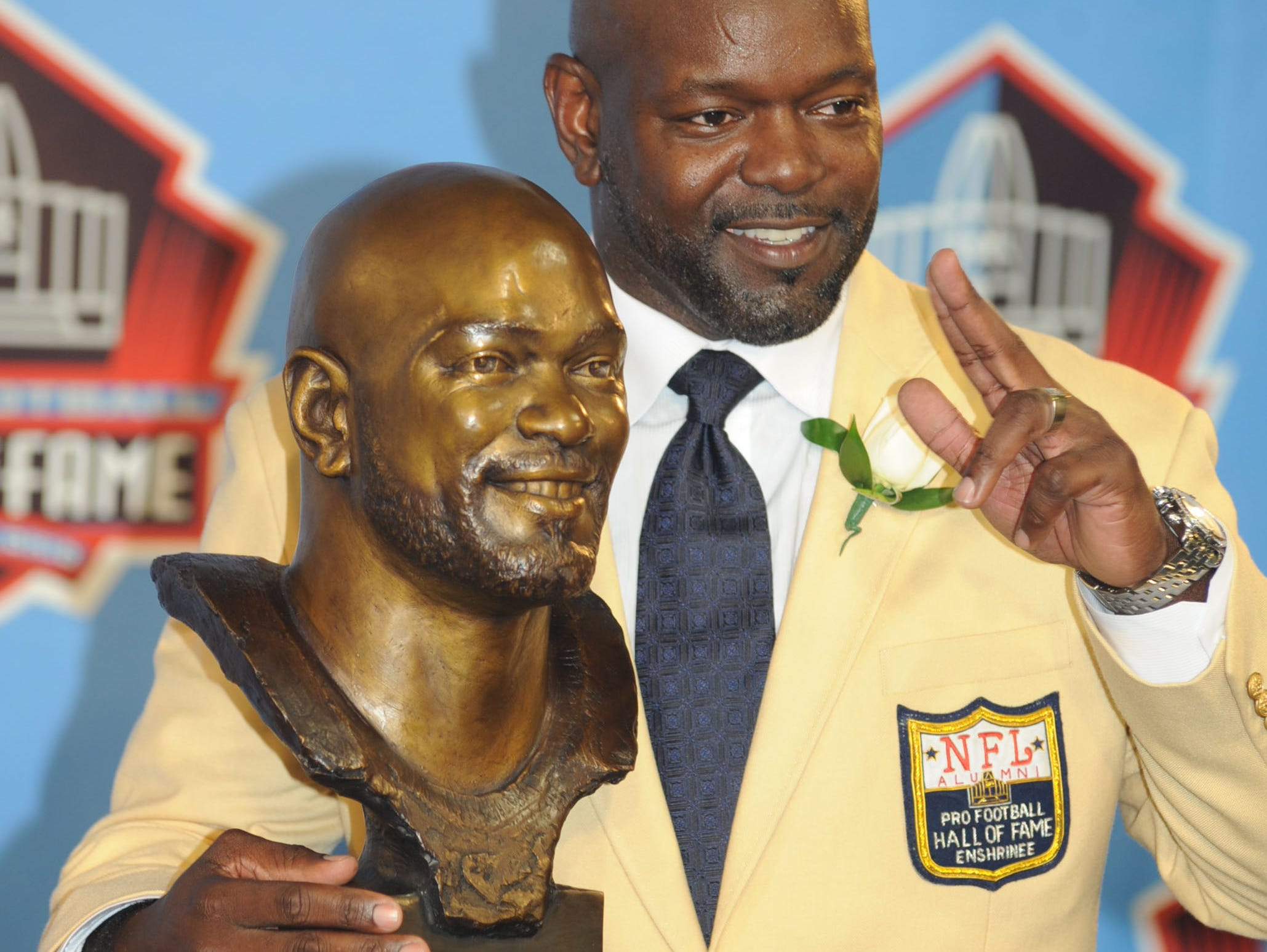 fEmmitt Smith stands with his bronzed bust following his enshrinement speech at the Pro Football Hall of Fame ceremony.