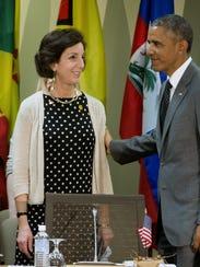 Roberta Jacobson (izq.) fue postulada por el presidente