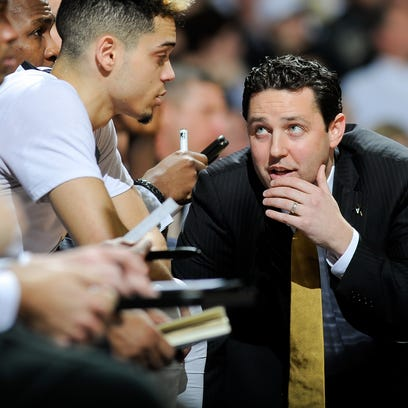 Vanderbilt coach Bryce Drew speaks with Matthew Fisher-Davis