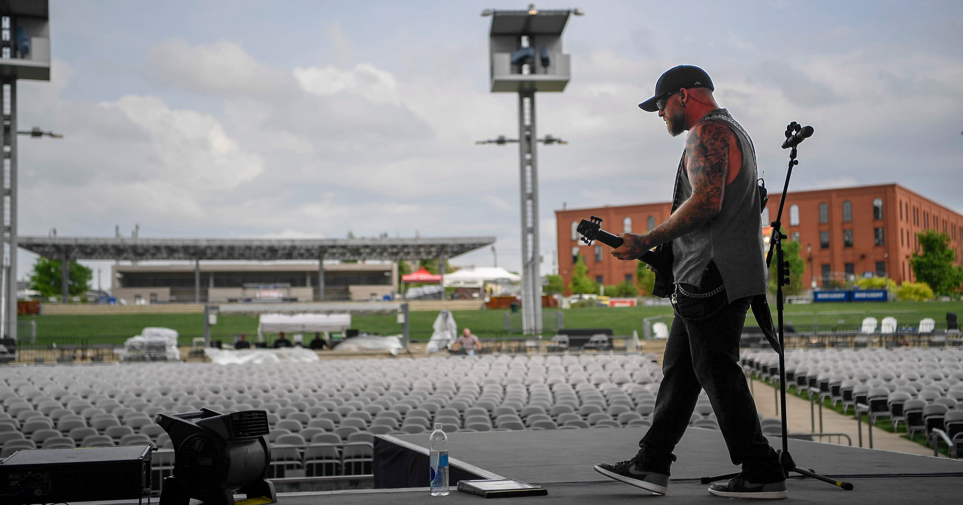 Brantley gilbert backstage on the ones that like me tour in nashville m4hsunfo