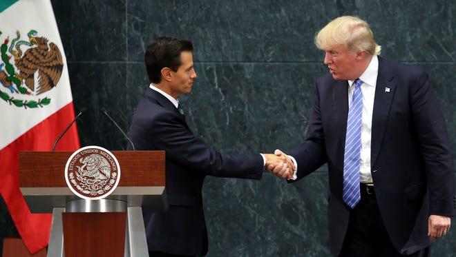 Enrique Peña Nieto estrecha la mano con el candidato a presidente de EU, Donald Trump, durante una reunión hace unas semanas en México.