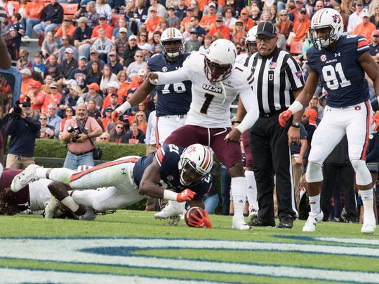 Auburn running back Kerryon Johnson (21) hits Louisiana