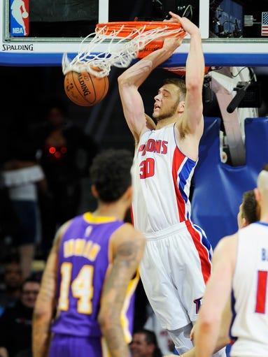 Pistons' Jon Leuer dunks over the Lakers' Brandon Ingram