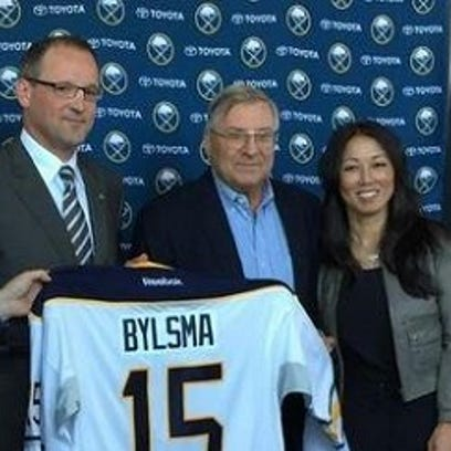 Dan Bylsma, center, was announced as the new Sabres