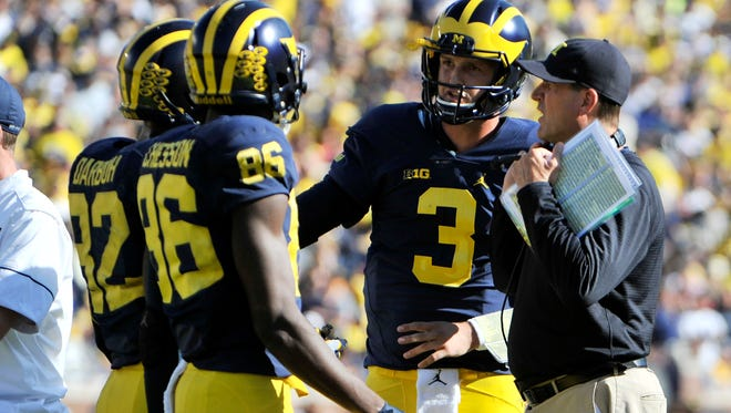 Michigan head coach Jim Harbaugh talks with quarterback Wilton Speight (3), Amara Darboh (82) and Jehu Chesson (86) in the second quarter.