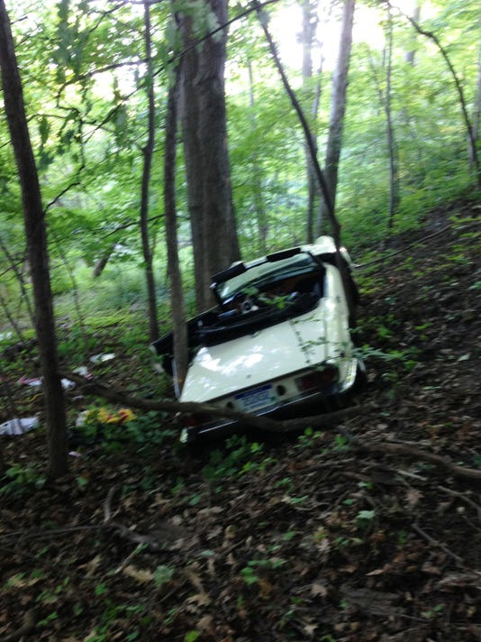 NRO 1 Car goes into ravine