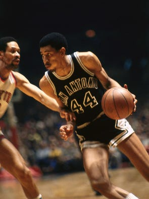1970: George Gervin of the San Antonio Spurs drives