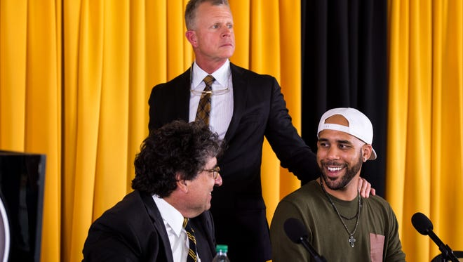 David Price, right, speaks with Chancellor Nicholas S. Zeppos, left, and Coach Tim Corbin, center, after announcing his donation during a press conference at Vanderbilt University, Friday, Nov. 18, 2016, in Nashville, Tenn.