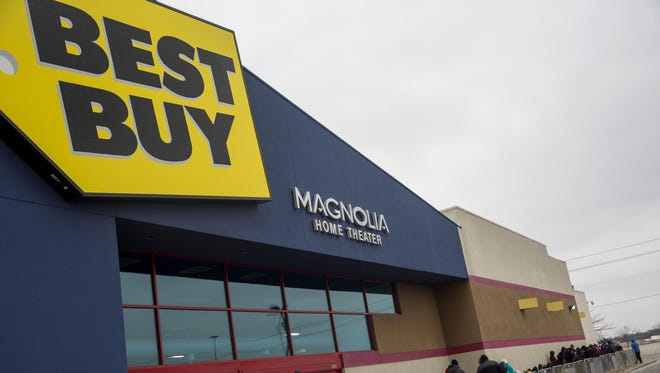 Shoppers wait in line for early Black Friday deals Thanksgiving evening at a Best Buy on November 27, 2014 in Indianapolis, Indiana.
