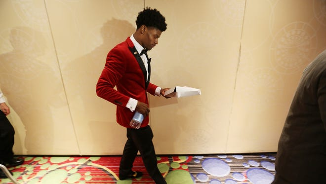 Louisville quarterback Lamar Jackson walked away from an interview carrying a pizza, prior to the Heisman Trophy Award cermony in New York City. Dec. 10, 2016.