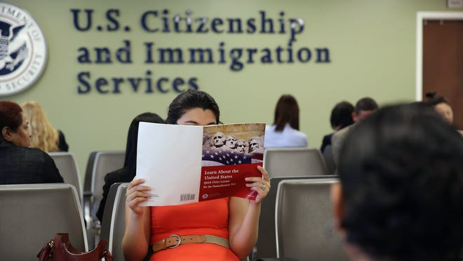 Una persona lee antes de ingresar a hacer su examen de ciudadanía.