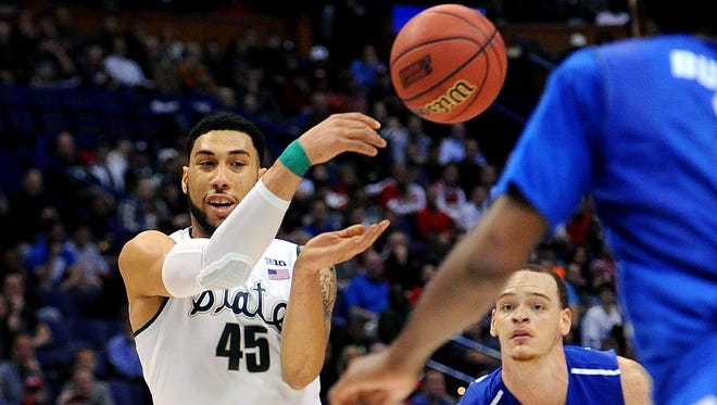 Michigan State senior guard Denzel Valentine (45) passes the ball to a teammate during a first round NCAA Tournament game between second-seeded Michigan State and 15-seeded Middle Tennessee Friday, March 18, 2016 at the Scottrade Center in St. Louis.